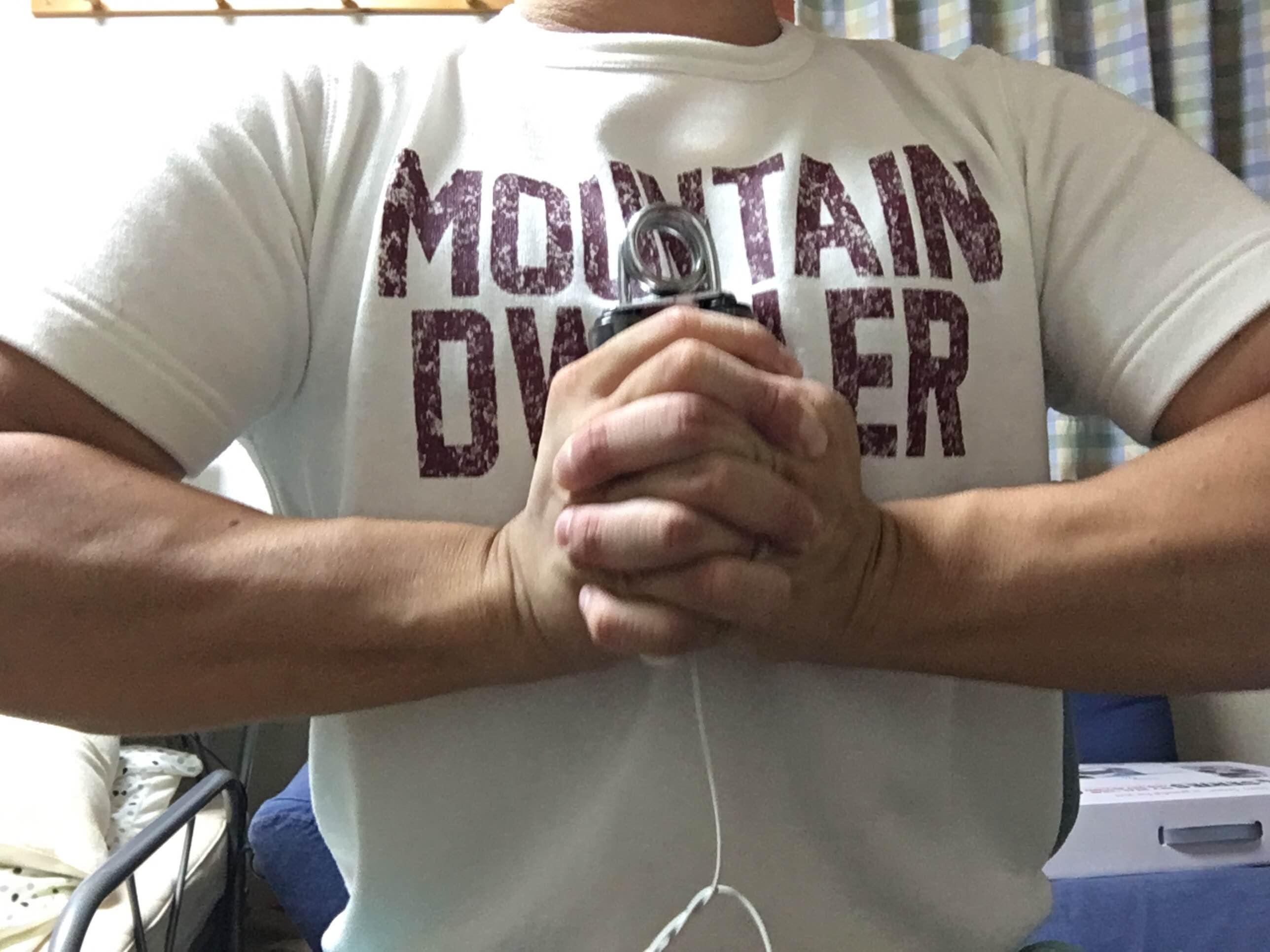 【トレーニングの補強に最適】ハンドグリップで大胸筋をどこでも最強に鍛える方法